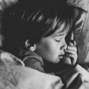 tyngdtäcke hjälper oroliga barn att sova gott